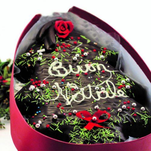 Torta albero alle spezie ricoperta di cioccolato fondente