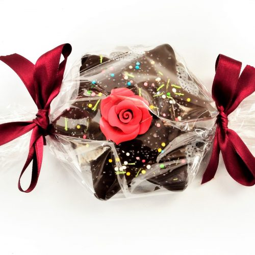Torta stellina alle spezie ricoperta di cioccolato fondente